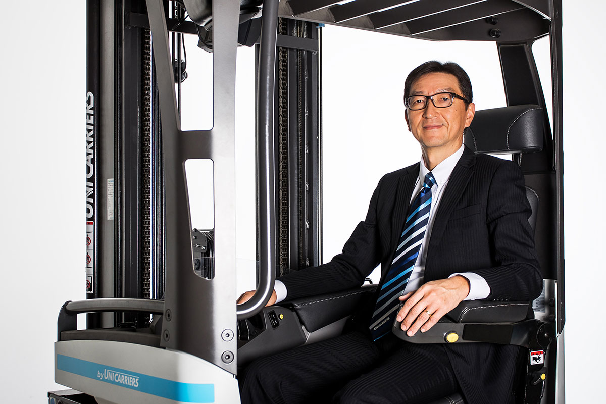 UniCarriers-PM-Neuer-Präsident-UCE-Bild-1_Masashi-Takamatsu-with-truck-for-web