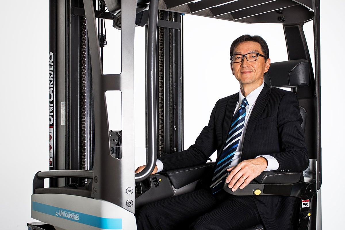 UniCarriers-PM-Neuer-Präsident-UCE-Bild-1_Masashi-Takamatsu-with-truck-for-web